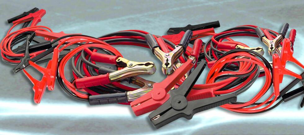 """""""Gamle startkabler kan ødelegge elektronikken i moderne biler. Nå ber fagfolk bilistene tenke seg om før de hjelper hverandre med startstrøm i vinterkulda"""", skriver BilXtra i en pressemelding. """"Når en bil med tomt batteri mottar strøm fra en bil med full spenning - som er tilfellet ved starthjelp - skapes et voldsomt spenningssjokk som forplanter seg ut til alle bilens komponenter. ... Vi råder derfor alle som har biler utstyrt med elektronikk til ikke å motta starthjelp via vanlige startkabler."""", skriver NAF på sine nettsider. Verken BilXtra eller NAF kan imidlertid dokumentere at tradisjonelle startkabler er skadelige for moderne biler. Foto: -montasje laget av Per Ervland"""