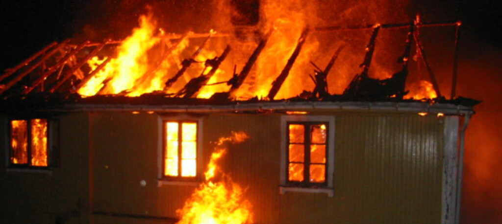 Når brannen først får tak, går det fort. Dette bildet er tatt 10 - 15 min. etter at boligen ble overtent.<br /> <br />   Foto: Nedre Romerike brann- og redningsvesen