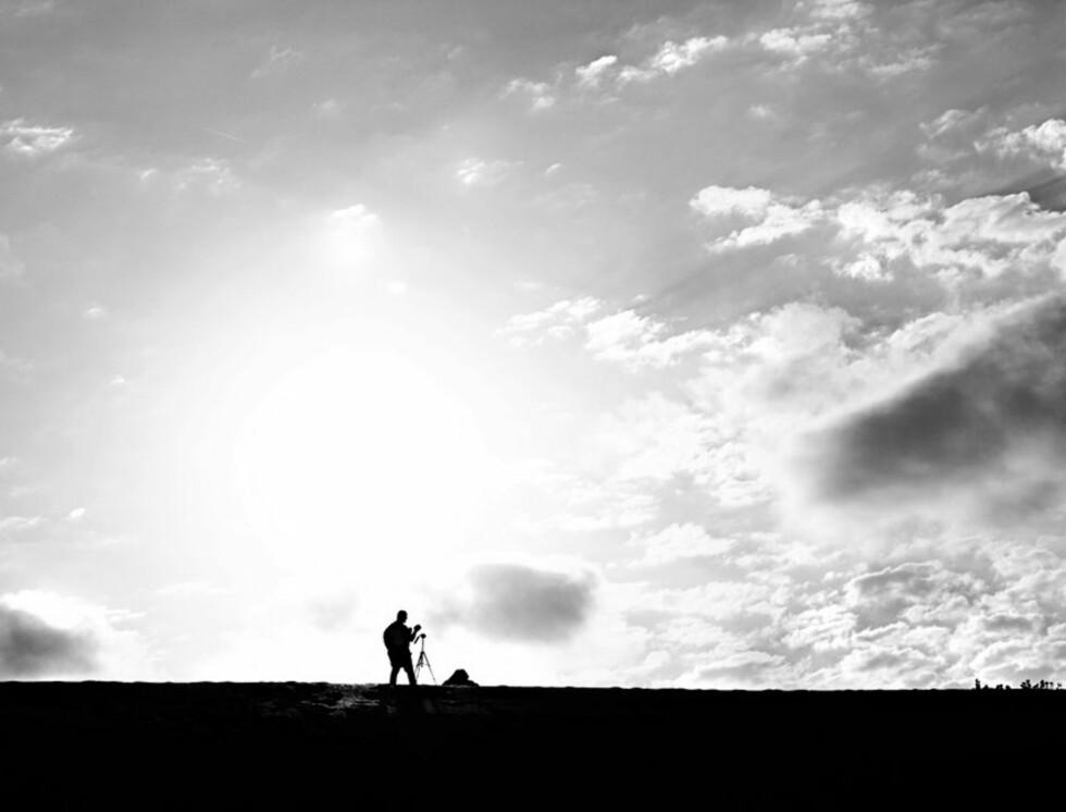 - En av fotografene som sto oppe på en sandhaug med utsikt over ørkenen. Her har jeg tatt bilde med sola midt i mot, og det er et bevisst ønske. Foto: Elin Sire