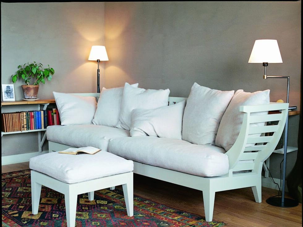 Benkesofaen soffa har åpen ramme i tre. Foto: Norrgavel
