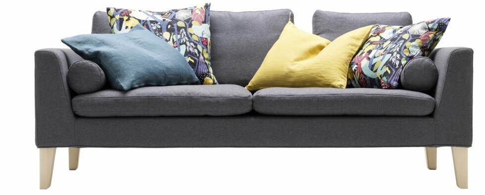 Soffa 100, her i tresetersvariant med fargerike puter, pris starter på rundt 22.000 for denne modellen.