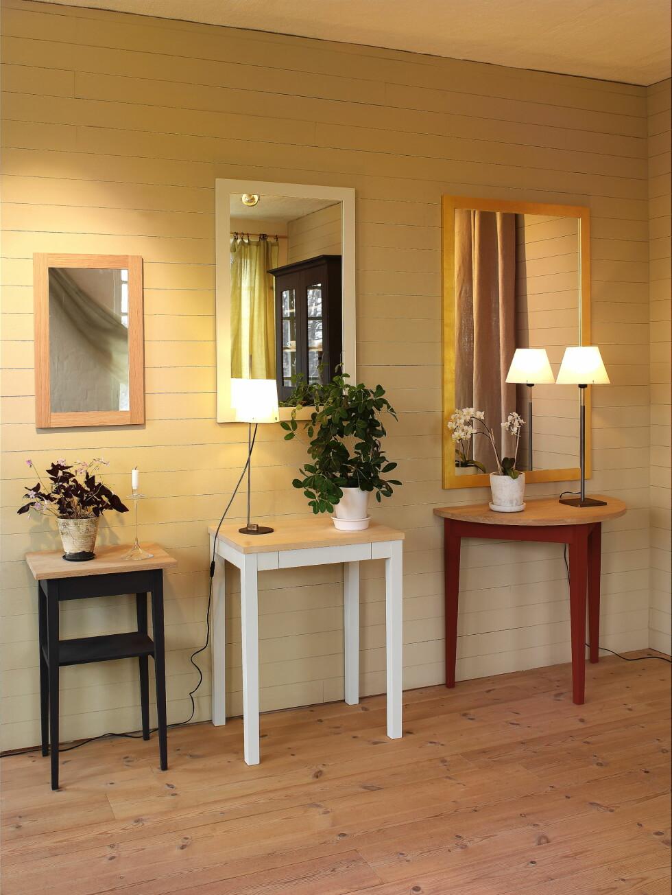 Små entremøbler på rekke og rad (fra venstre): Bord bas, bord med skuff, og bord halvsirkel, samt speil med forskjellig finish på rammen.  Foto: Norrgavel