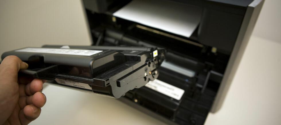 I elektrovarehusene og nettbutikkene finnes det i dag flere laserskrivere som koster helt ned mot 1.000 kroner. Innkjøpsprisen er altså lav. Det samme kan imidlertid ikke sies om tonerkassettene, som de fleste eiere av laserskrivere før eller siden blir nødt til å kjøpe. Derfor bør du sjekke prisen på tonerkassettene før du velger skriver. Foto: Per Ervland