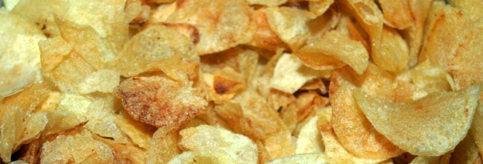 IKKE SUNT: Uansett hvordan du vrir og vender på det. Chips inneholder mye fett, mange kalorier, men er fattig på viktige næringsstoffer. Foto: COLOURBOX.COM