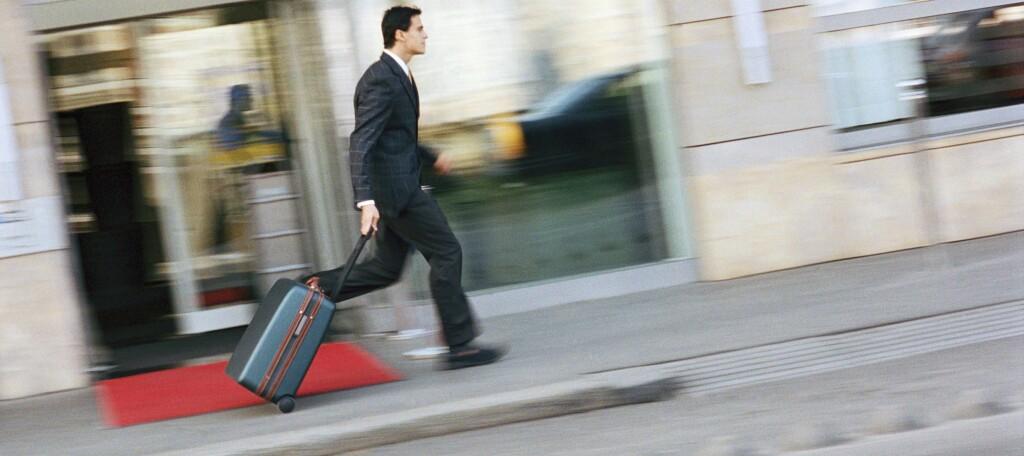 <b>KJEDELIG:</b> Å løpe med trillekofferten fra hotell til hotell  er noe man helst vil unngå. I Stavanger bør du fortsatt bestille i GOD tid. Foto: Colourbox.com