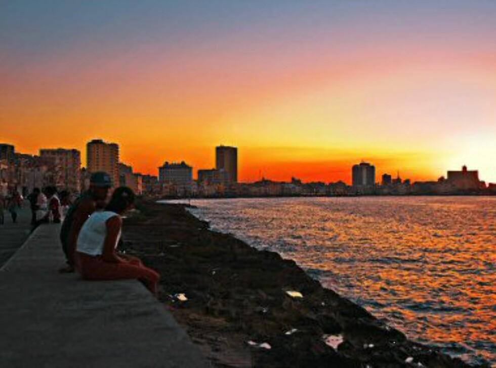 Helen Begby drømmer om å reise til Cuba. Her en magisk solnedgang i Havana. Foto: Apollo
