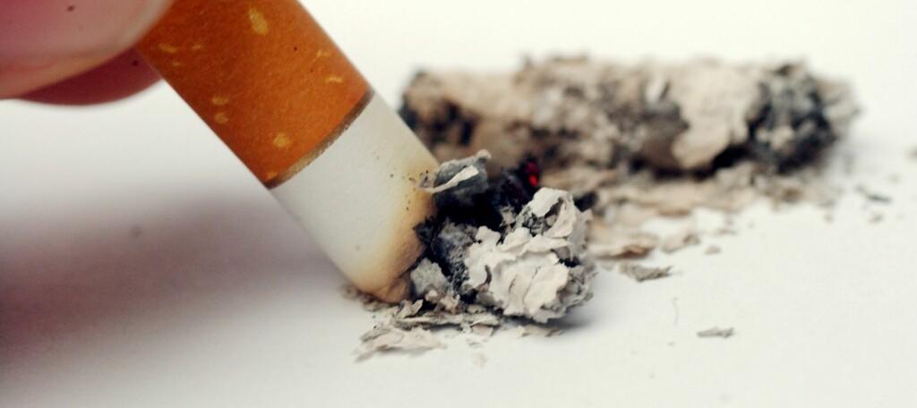 - Tenk penger, skriver en av leserne. Ved å stumpe røyken fikk hun råd til en flytur til Oslo og opphold på et dyrt hotell.  Foto: Colourbox