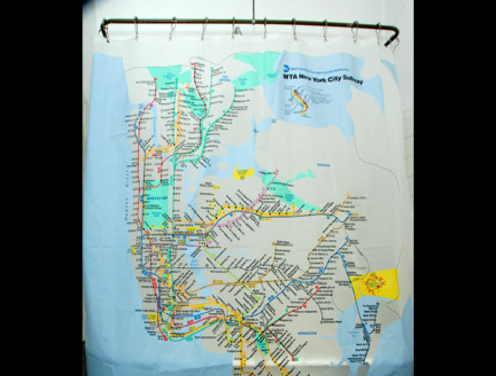Fra samme produsent som verdenskartet får du dusjgardiner med undergrunnskart fra verdensmetropoler som New York City og London. Her med kart fra NYC. Koster 29 dollar (163 nok) hos Izolashower.com