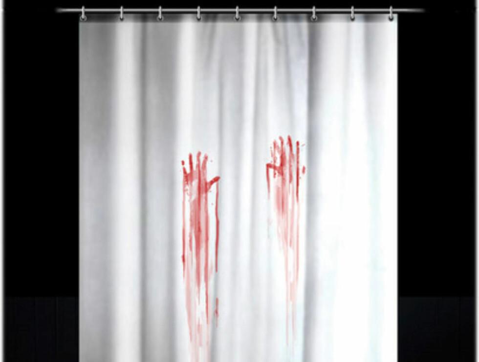Blodbad er det beskjedne navnet på denne dusjgardinen. Koster 8,99 pund (84 nok) på paramountzone.com. For en fullstendig skrekkelig dusjopplevelse, kan denne suppleres med en blodflekkete badematte som du kan se på neste bilde.