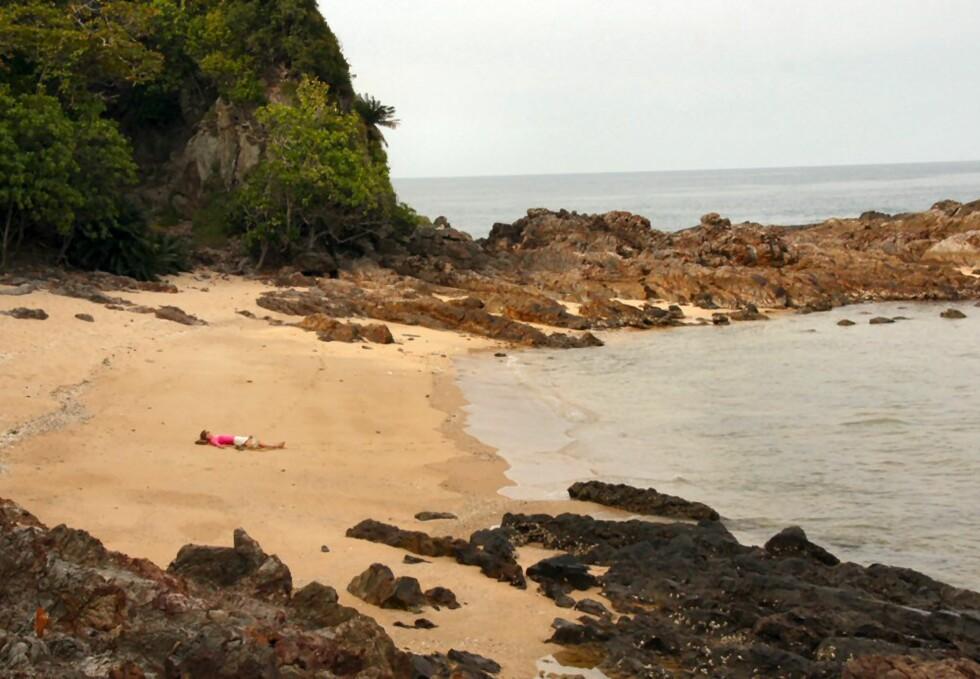 Det er ikke trangt om plassen på de to strendene på Gemia Island, selv om det er en del gjester på hotellet. Skulle du ikke ønske at det var du som lå der? Foto: Stine Okkelmo