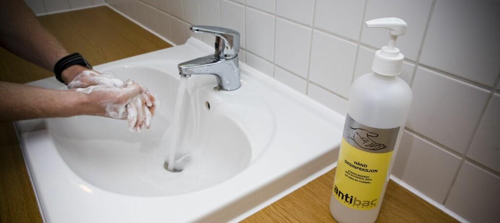 IKKE DROPP HÅNDVASKEN: Alkoholbaserte desinfeksjonsmilder klarer ikke å trenge gjennom synlig smuss og organisk materiale. Vask hendene først, og bruk håndsprit etterpå - om mulig. Foto: Per Ervland