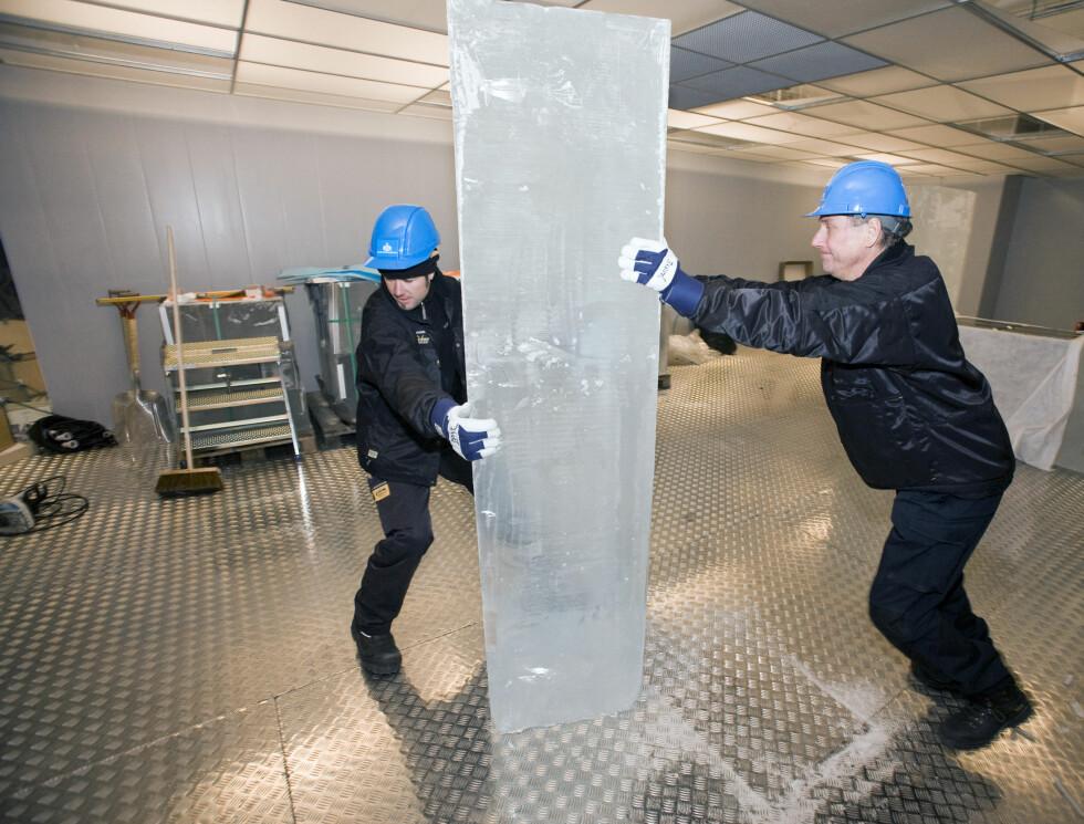 Isblokkene ble levert fra Jukkasjärvi i Nord-Sverige, der ICEHOTEL holder til, i oktober. Her ser vi fryserommet som skal romme isbaren. Foto: Per Ervland
