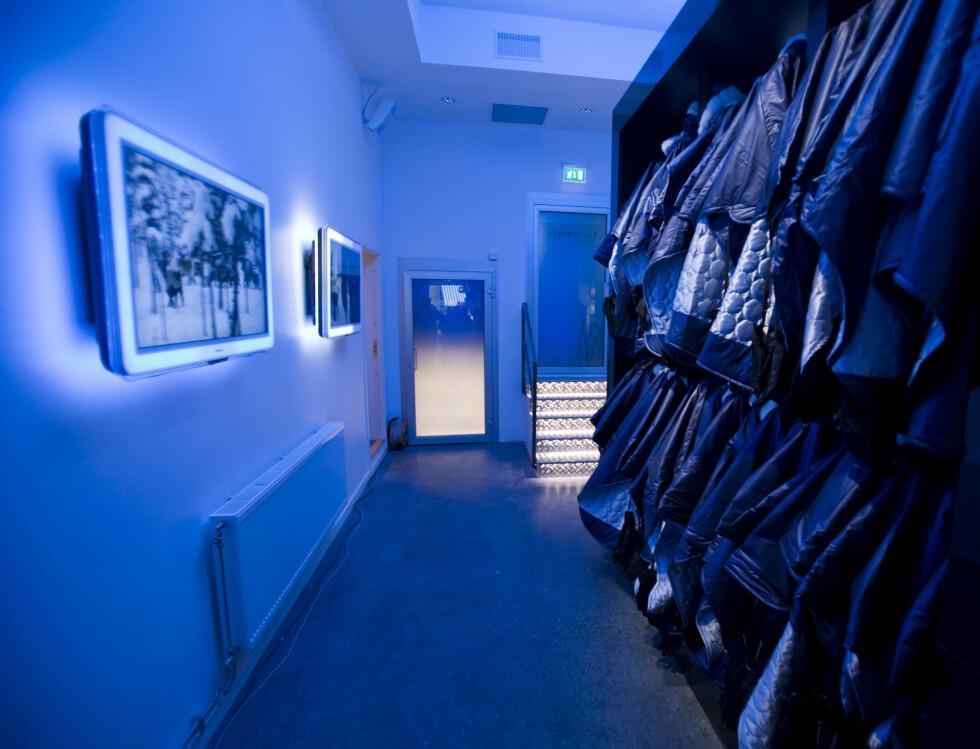 Nå er baren klar til åpning. I garderoben venter varmeisolerende kapper på bargjestene som skal inn i kulda. Foto: Per Ervland