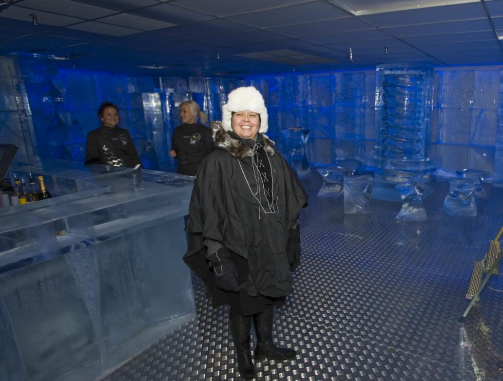 Agneta Lund, sjefen for ICEBAR by ICEHOTEL har et kjølig arbeidsmiljø, men hun brenner for jobben... Foto: Per Ervland