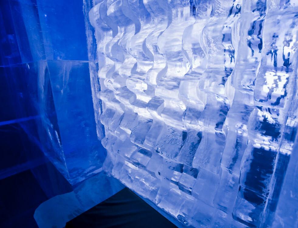 Isen byr på morsomme opplevelser. Den er overraskende klar, men noen steder ser du små luftbobler inni isen. Det har gått med 60 tonn is for å lage alt interiøret. Foto: Per Ervland