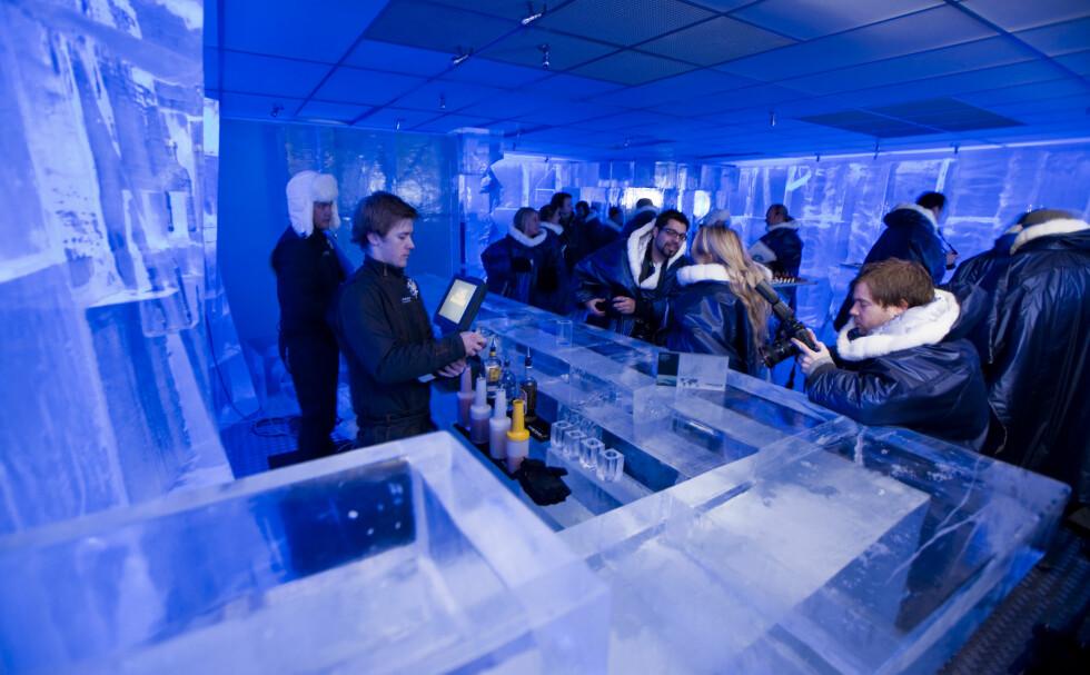 """- Jeg tar en """"in the rocks"""", takk. Det er jo det det må hete når selve glasset er av is? Foto: Per Ervland"""