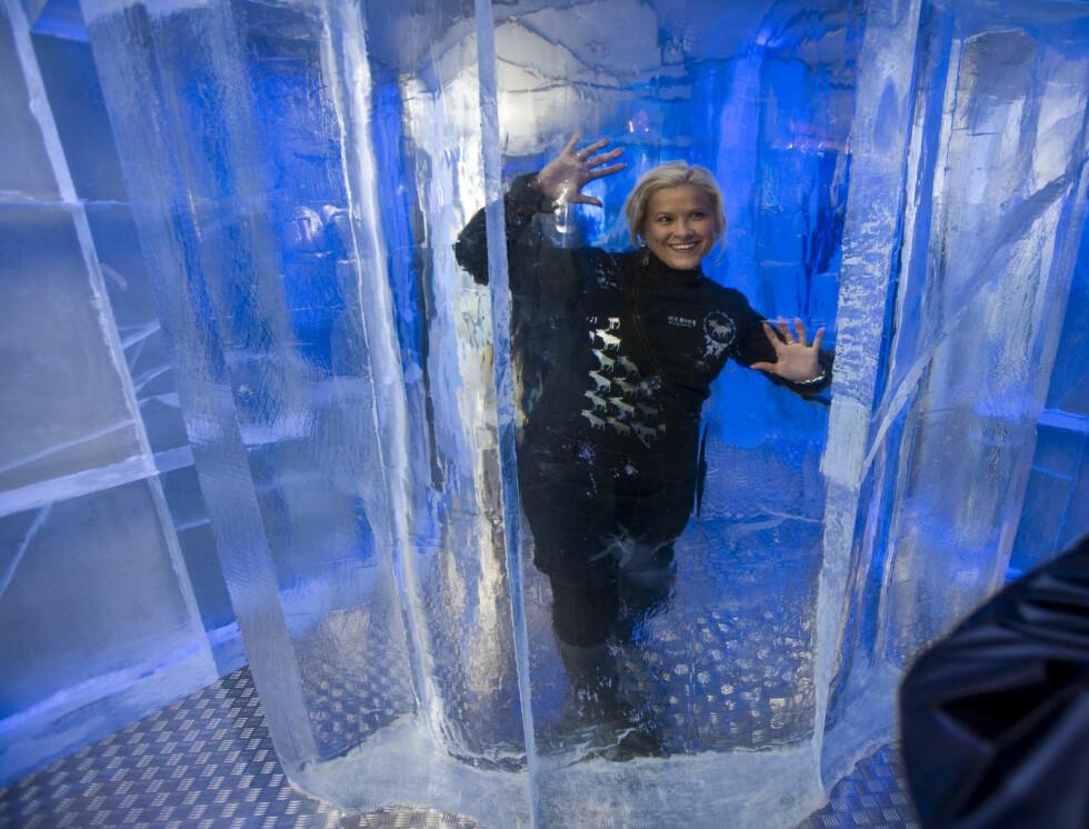 Se, så klar er isen inne i isbaren. Stine Honningsvåg er godt fornøyd med sin nye arbeidsplass. Foto: Per Ervland
