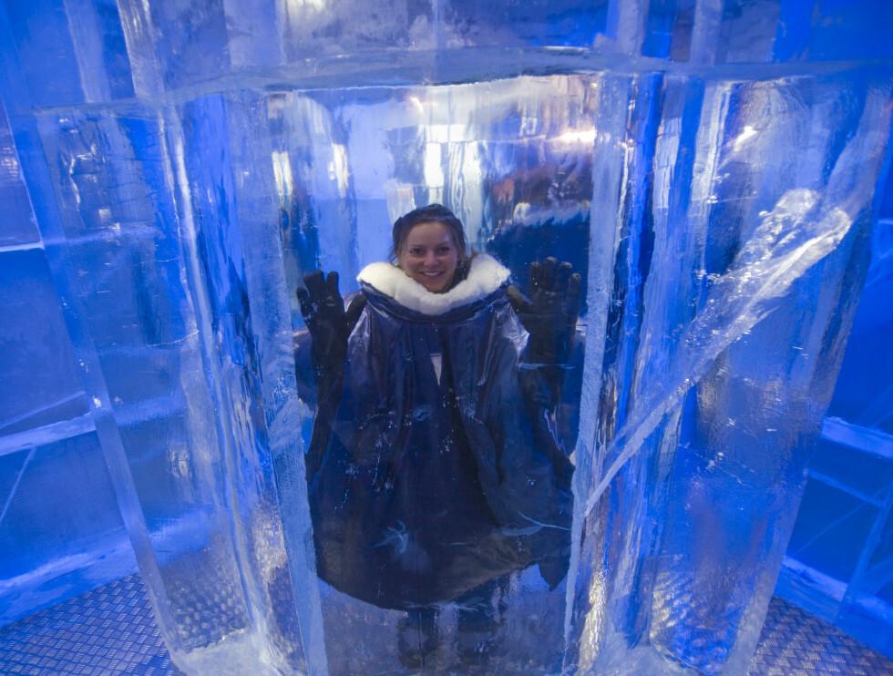 Journalisten må også prøve isburet. Vi motsto fristelsen til å prøve å slikke på isen for å se om tunga satt fast.  Foto: Per Ervland
