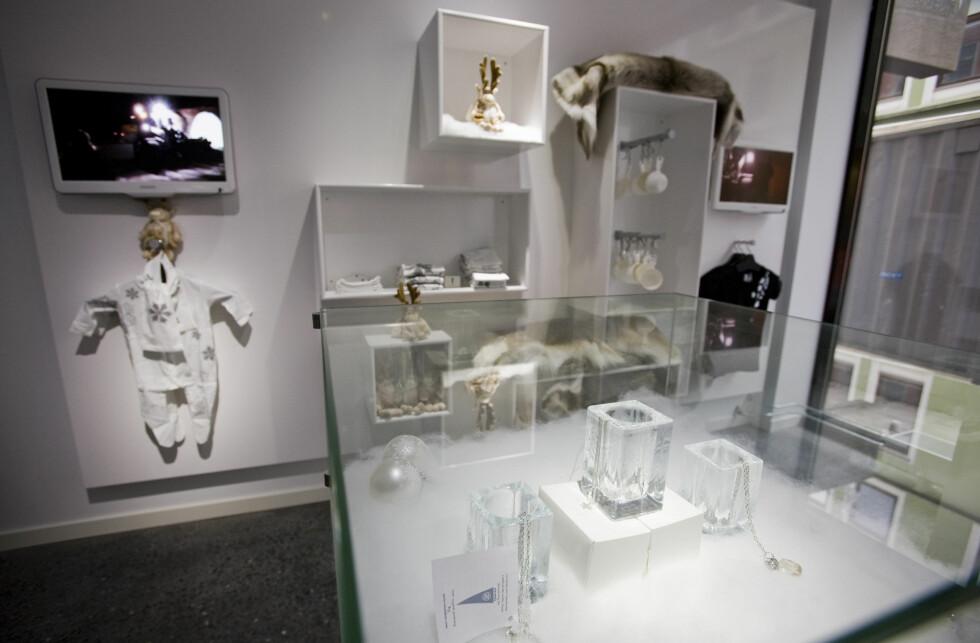 ICEBAR har også en longedel med normal innetemperatur, og en liten konseptbutikk der du kan kjøpe ting og tang med is og vinter som tema. Et reinskinnn, kanskje? Foto: Per Ervland