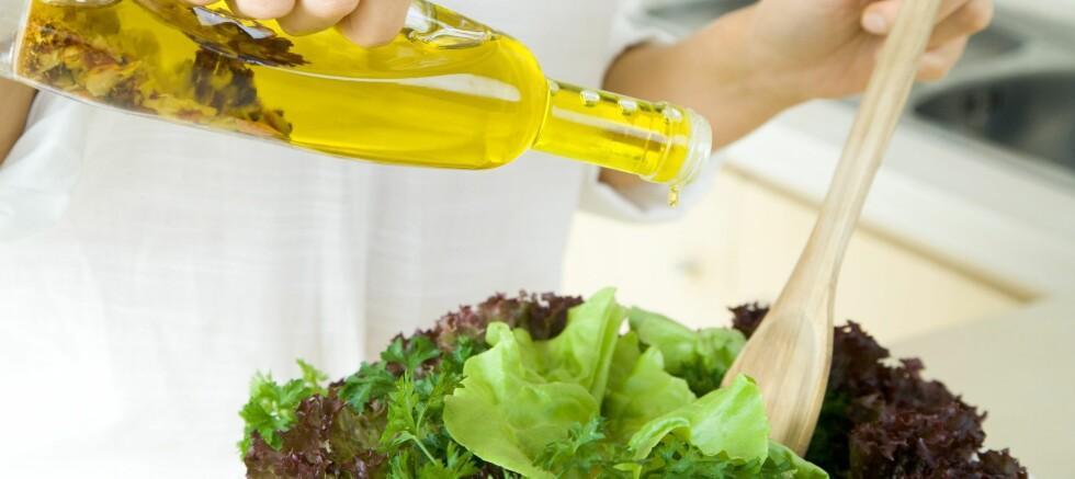 Bytt ut den ferdiglagde salatdressingen med olivenolje.  Foto: Colourbox