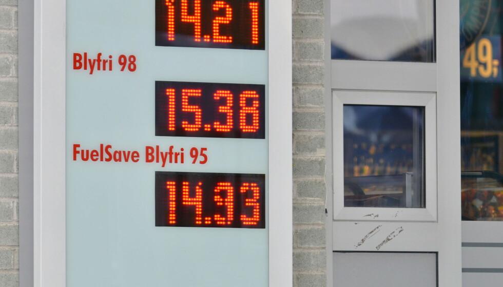 AVGIFTER: Drivstoffavgiftene utgjør i overkant av halvparten av den totale literprisen på bensin- og diesel.