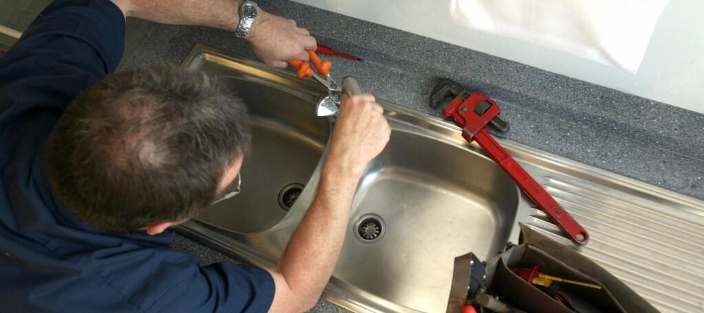 Du trenger ikke vente til rørleggerarbeidet er ferdig utført: Be om DDV-instruks når dere gjør en avtale.  Foto: Colourbox.com