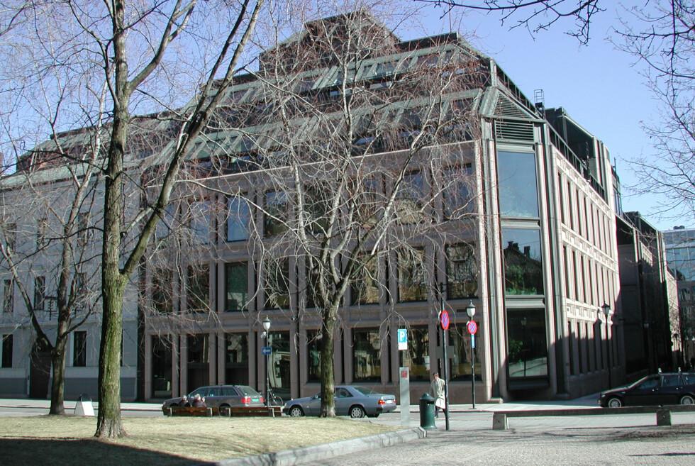 Norges Banks hovedkontor sett fra bankplassen. Innenfor planlegger de nye rentehevinger. Foto: Norges Bank