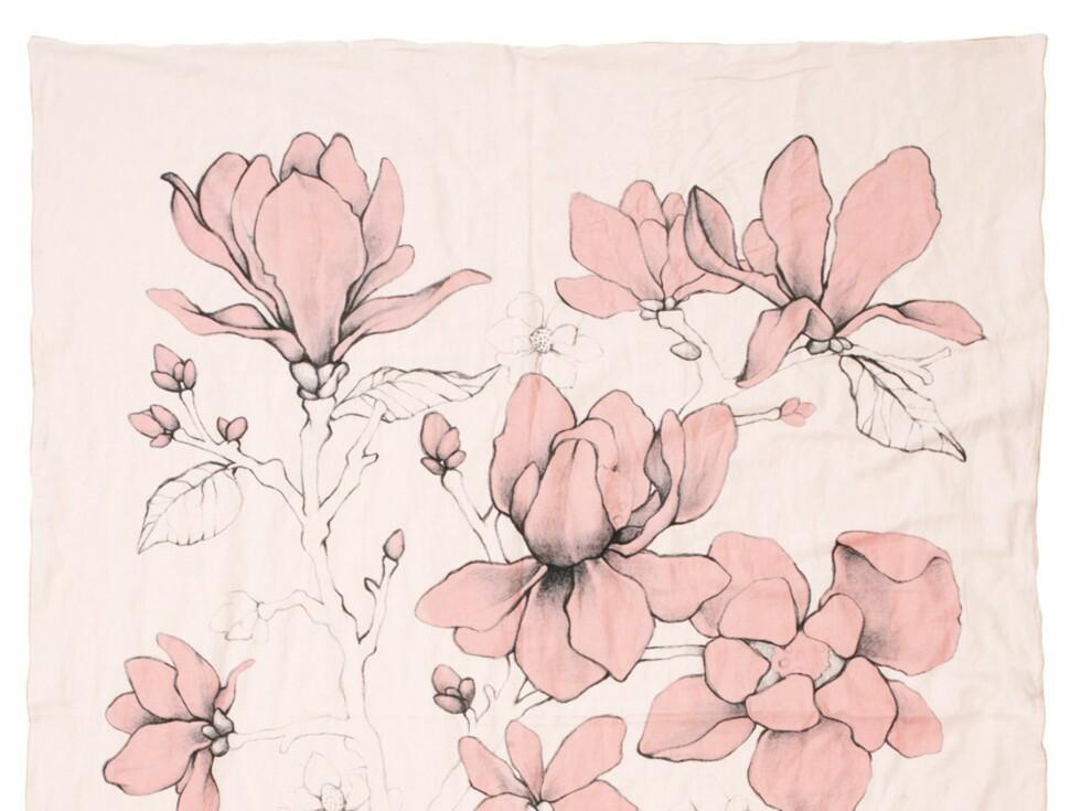 """Det er to ulike design, her magnolia i fargen """"lite powder"""". Fra 1.995 for enkeldyne pluss putetrekk til 2.959 svenske kroner for trekk til dobbeltdyne samt to putetrekk.  Foto: Odd Molly"""