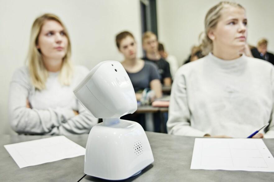 FØLGER MED FRA BORDET: AV1 er utviklet og produsert i Norge. Bak roboten står osloselskapet No Isolation. Foto: Produsenten