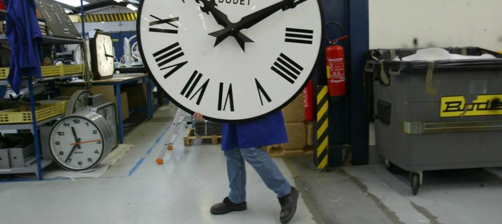 NEIMEN SE PÅ DENNA KAREN: Et armbåndsur er ofte å foretrekke framfor veggklokker hvis du er usikker på hva klokka er. I helga gjelder det å være ekstra oppmerksom på tida! Foto: colourbox.com