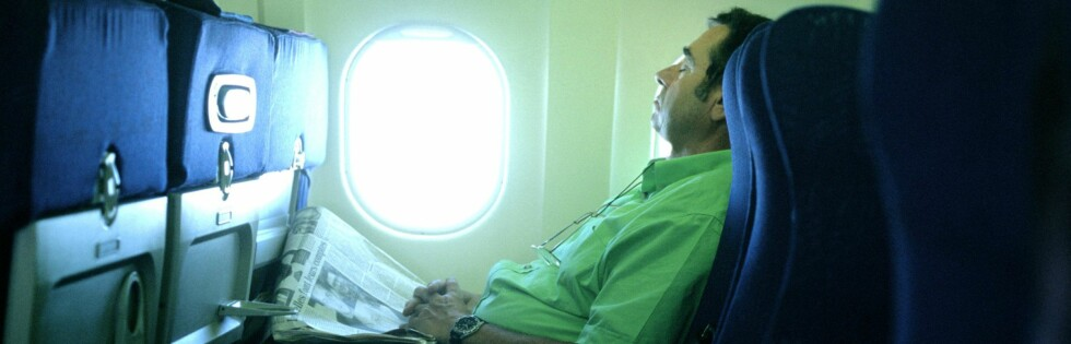 Noen får til å sove i vanlige flyseter, men enda lettere er det hvis man får lagt seg ned. Foto: colourbox.com