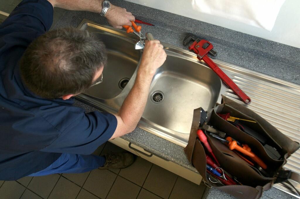 Er håndverkeren du har hyret inn virkelig godkjent for jobben du har satt ham til å gjøre?  Foto: Colourbox.com