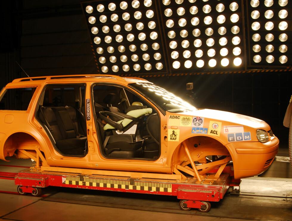 ADAC har testet sikkerheten og risikoen ved å plassere små barn og større barn på passasjersetet foran, i godkjente bilbarnestoler. Foto: ADAC