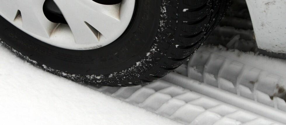 TILPASS FARTEN: Om vinteren er det viktig å tilpasse farten etter føret. Været og valg av dekk har stor betydning for bremselengden. Foto: Colourbox.com