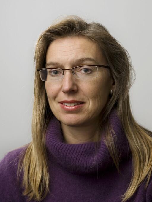 Marit Giske er informasjonsrådgiver i DnB NOR. Hun anbefaler ingen å sperre kortene ennå.  Foto: DNB