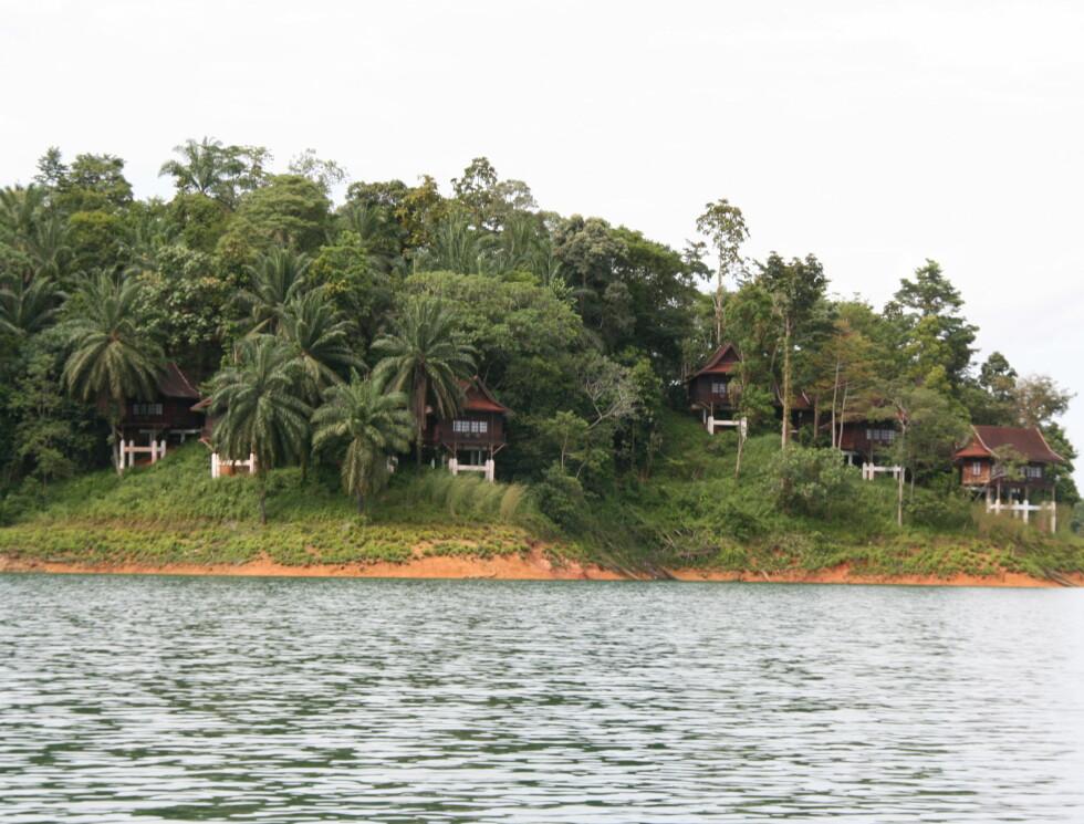 Hyttene ligger spredt i terrenget, og mange har utsikt over innsjøen. Foto: Stine Okkelmo