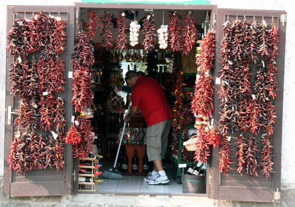 I sommermånedene juli og august florerer det av turister i området. Før og etter høysesong, er det roligere. Og da kan du titte inn i de mange spesielle butikkene i fred og ro.