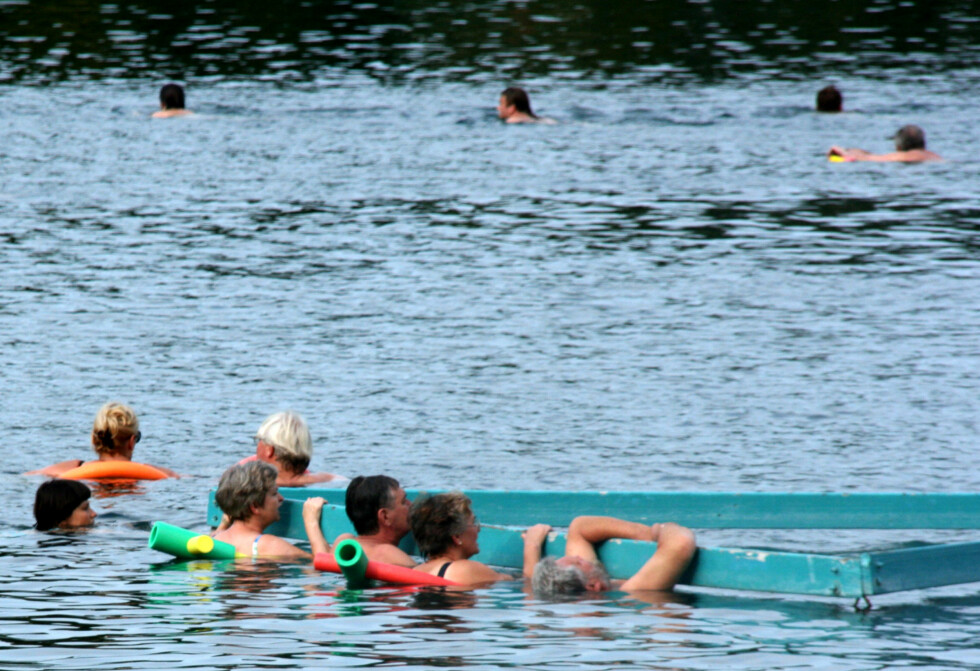 Hévís er et av Ungarns store turistattraksjoner. Her kommer tusenvis av mennesker hvert år for å ta seg et bad. Sjøen er dyp, og varmen kan få deg til å føle deg utmattet. Derfor er det anbefalt å bruke baderinger.