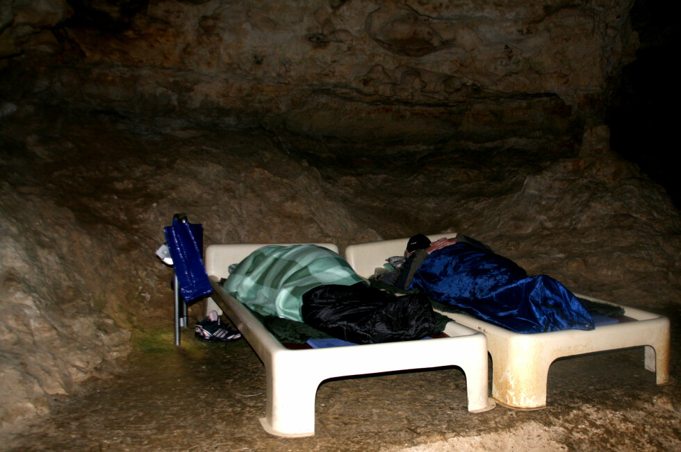 Disse menneskene ligger på solsenger i en grotte flere meter under jorden. I flere timer hver dag ligger de her, for å trekke ren og klar luft, og for å finne ro i sjelen.