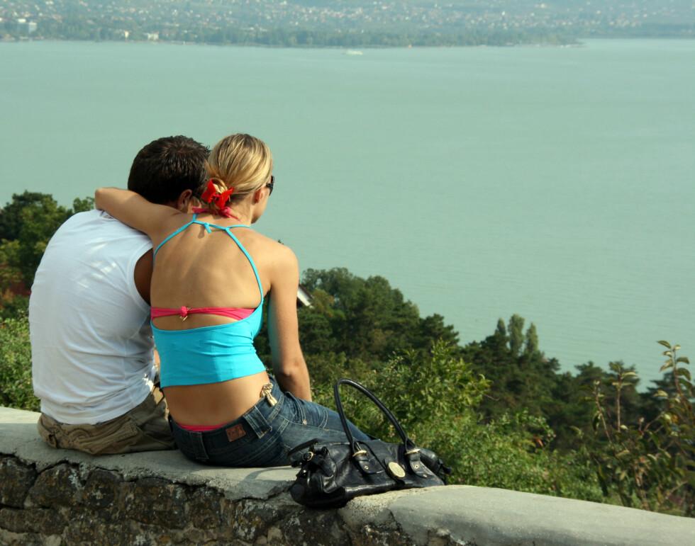 Snittalderen går vesentlig ned i juli og august da det arrangeres en rekke arrangementer for unge turister.