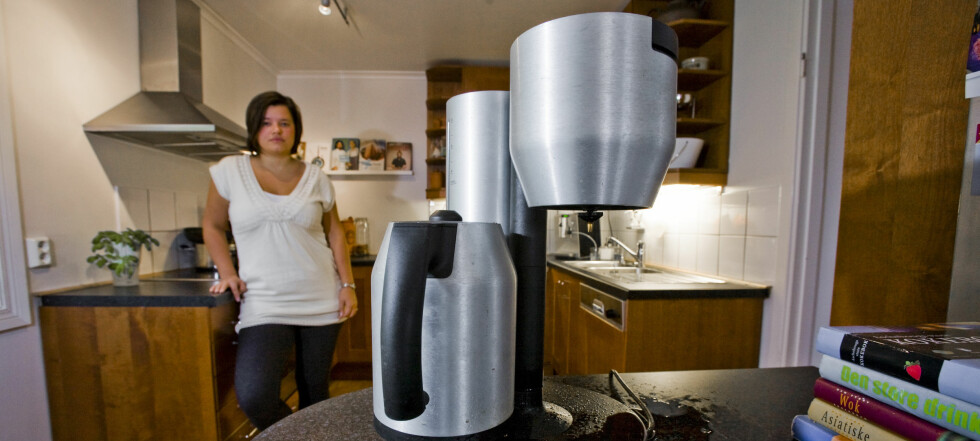 Etter to og et halvt år lekker kaffetrakteren til Marthe Røyne-Helgesen som en sil.  Foto: Per Ervland