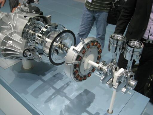 Fra venstre i bildet. DSG-girkasse, elektrisk motor og tosylindret dieselmotor ytterst til høyre. Foto: Stian Gihle