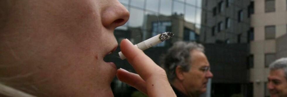 Er du en av dem som bruker arbeidstiden til å ta deg en røyk? Foto: Colourbox