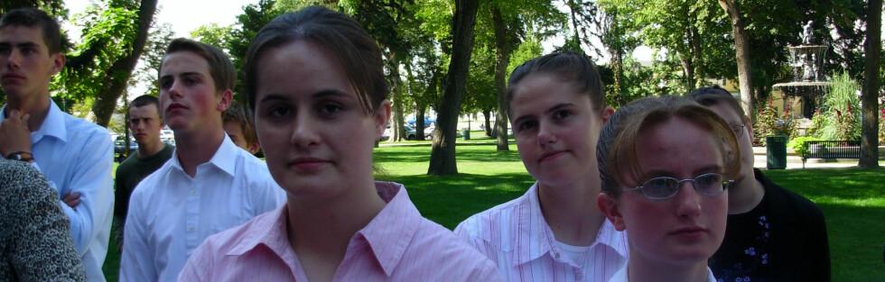 Sektmedlemmene i FLDS forsvarer sin flerkonerikultur. Bildet viser tenåringer som demonstrerer for polygami i Salt Lake City i 2006.  Foto: Wikipedia Commons