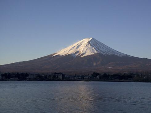 Det perfekte fjell Et sjangerriktig fotografi av Fuji skal ha innsjøen Kawaguchi i forgrunnen. Legg merke til at sjøen er vindstille, mens det er snøfokk på toppen. Foto: Wikipedia