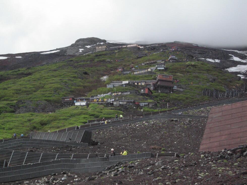 Begynnelsen: Store forstøtningsmurer, antakelig mot snøras, er bygget langs den nedre delen av stien.