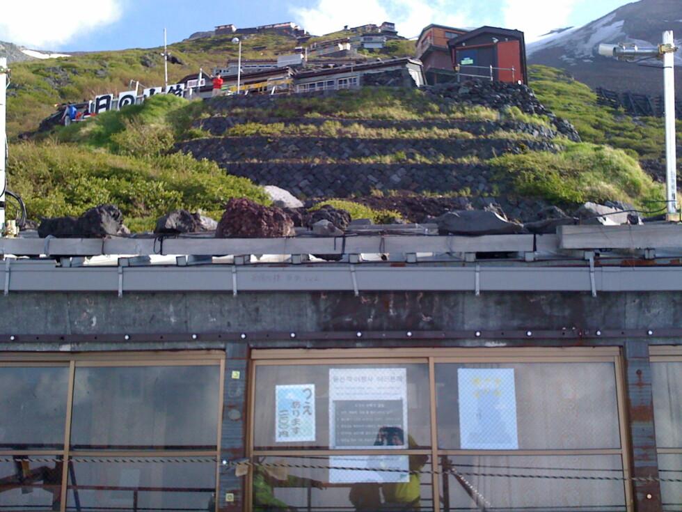 Nesten en by: Dette er komplekset av kaféer, førstehjelpsstasjoner etc. som heter stasjon 8. Toppen opp mot høyre.
