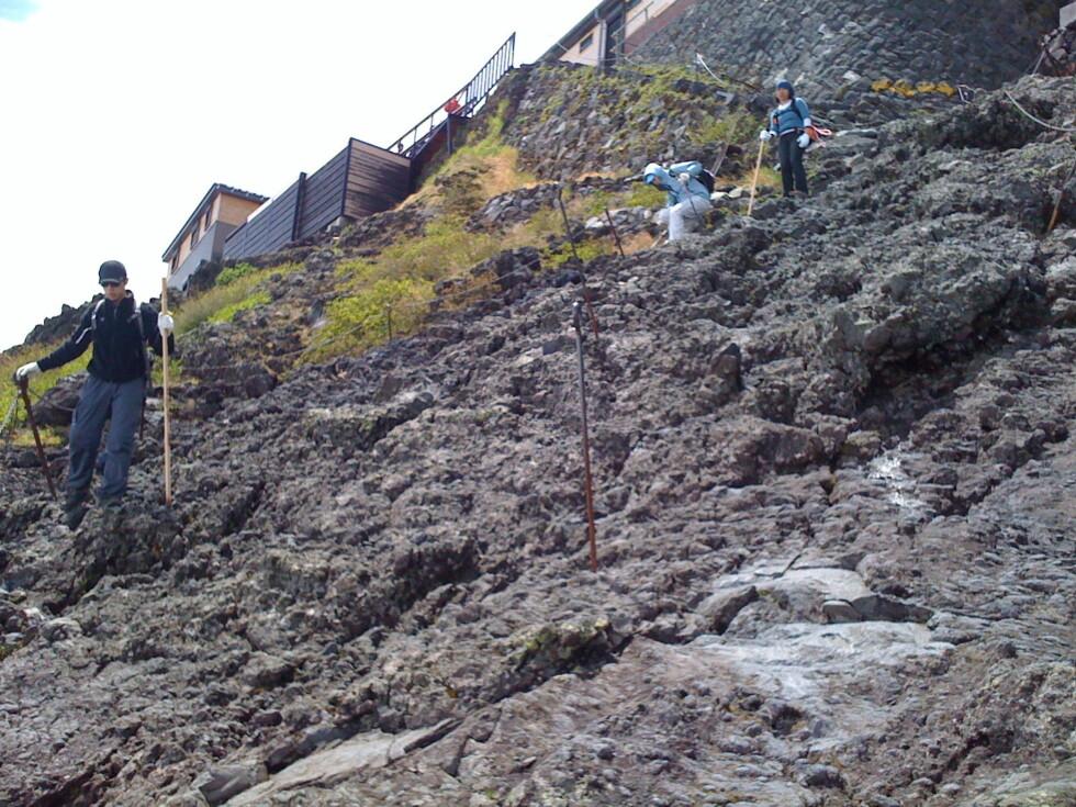 Tungt ned: Mange kilometer av stien besto av en slik steinur med vulkanblokker. Tungt å gå nedover!