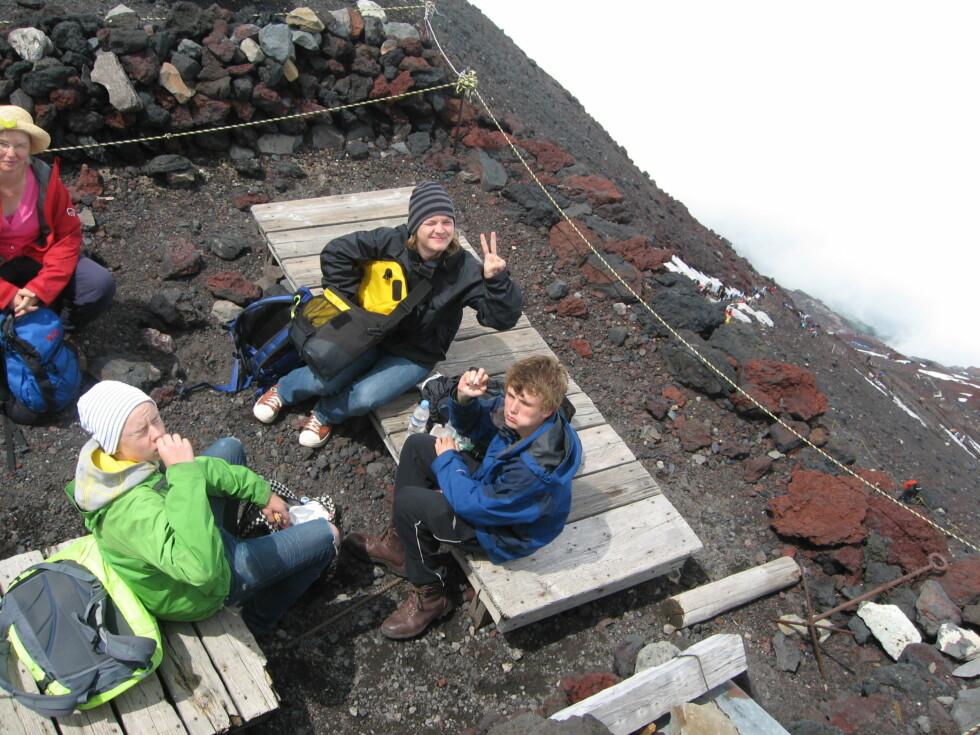 Toppen: Vi nyter litt mat og drikke på kraterkanten.