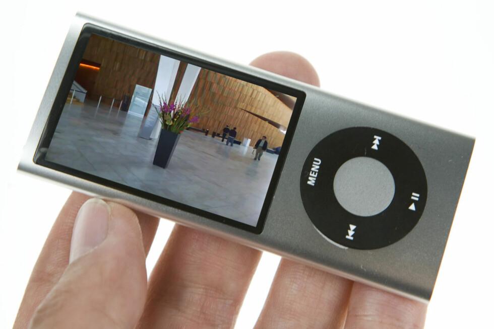 Med peis og sekstant:  Stadig flere funksjoner pakkes inn i MP3-spilleren. Denne Nanoen har bl.a. radio og videokamera.